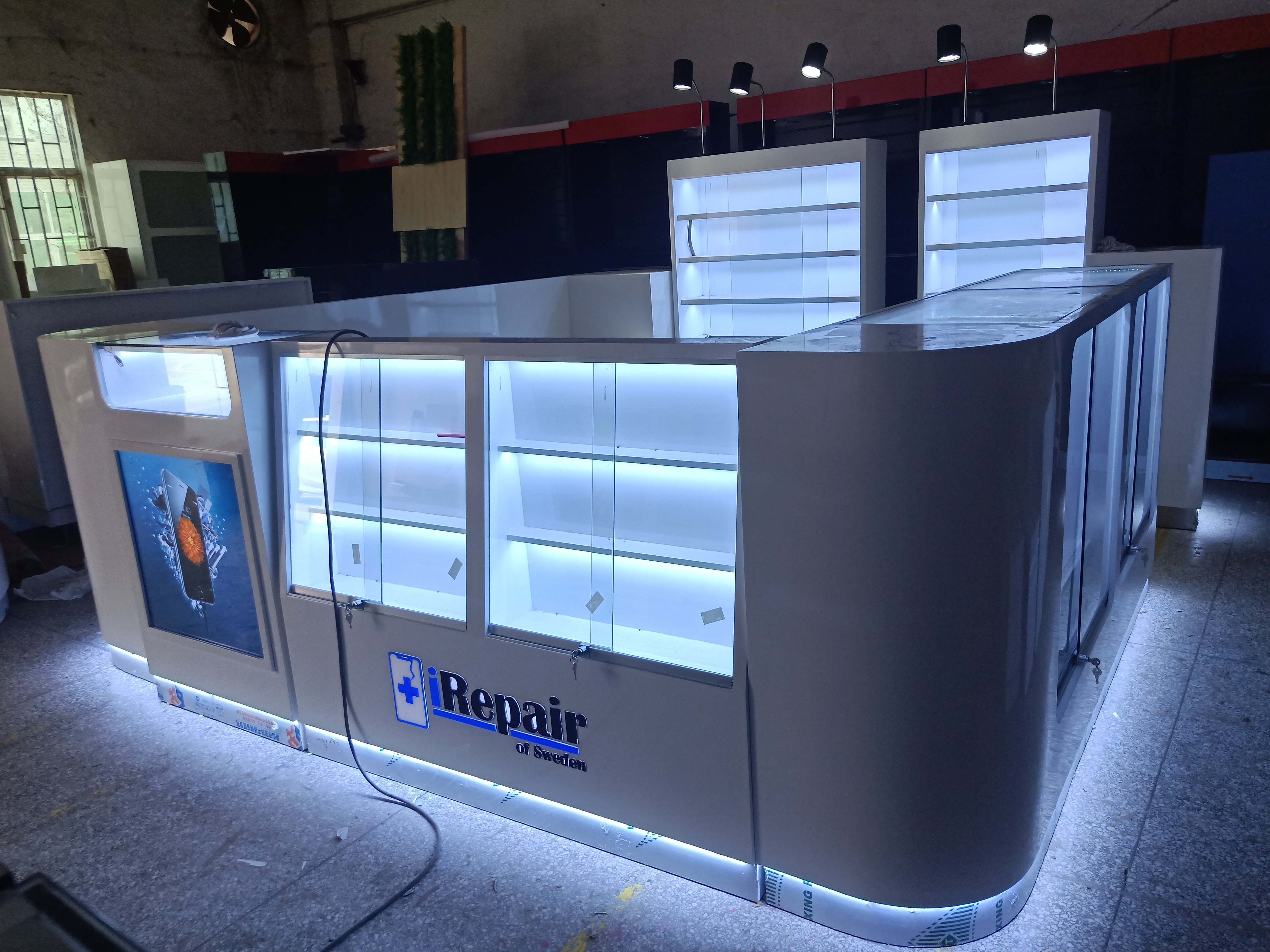 The production picture of the mobile phone accessories kiosk